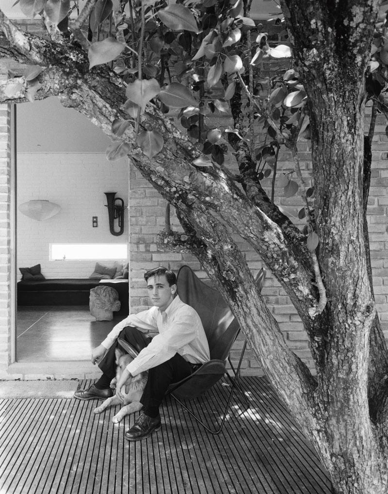 Autorretrato em frente ao primeiro estúdio, projetado e construído por ele próprio, Porto Alegre, 1955 / Acervo IMS