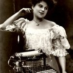A moça na máquina de escrever